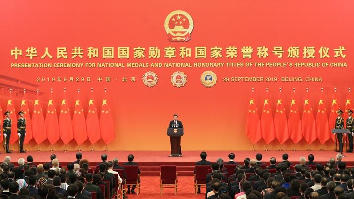 習近平向國家勛章和國家榮(rong)譽稱號獲得者頒授勛章獎(jiang)章