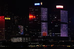 香港維港兩(liang)岸商廈(xia)為醫護人(ren)員亮燈打氣